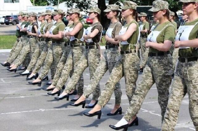 Ucrania planea que mujeres soldado marchen con tacones