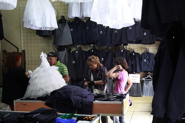 Textileros esperan entrega permanente de mochilas y uniformes