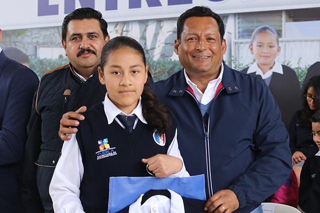 Gobierno estatal entregó uniformes gratuitos en Tetela de Ocampo