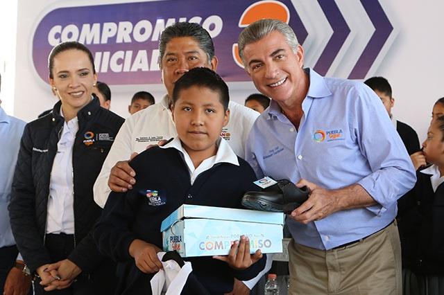 Senadores piden investigar entrega de uniformes en Puebla