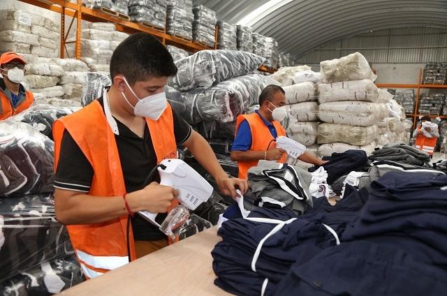 Entregan uniformes escolares en la región de Atlixco