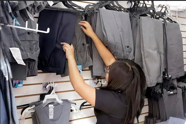 Uniforme neutro en Puebla: Niñas pueden escoger si usan falda o pantalón