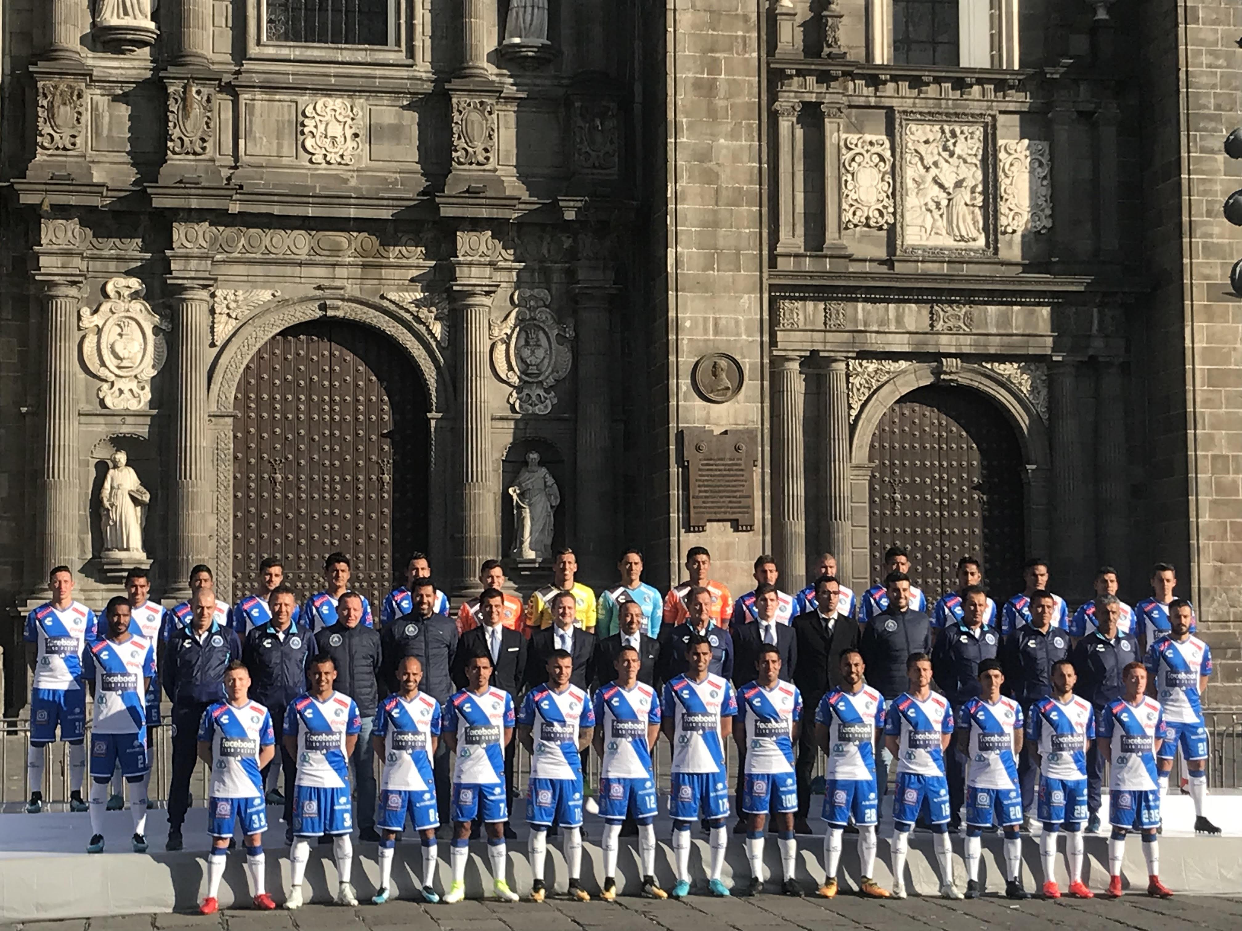 Club Puebla se toma la foto oficial en la Catedral de Puebla