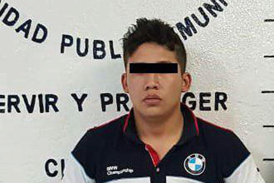 Detienen en San Pedro Cholula a 2 sujetos por robo de vehículo
