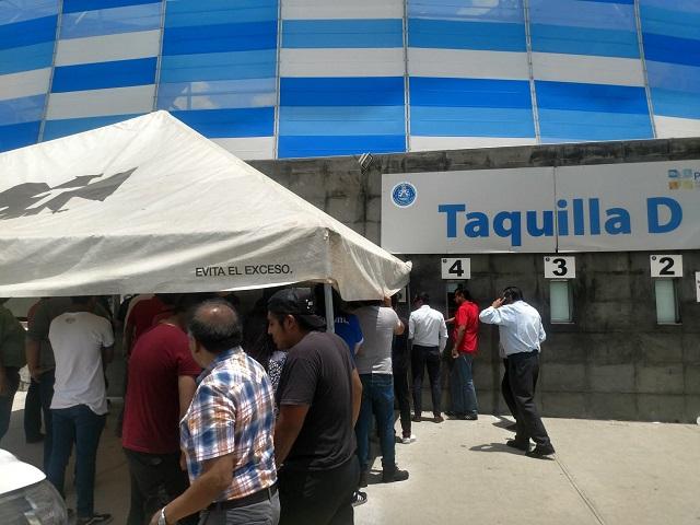 Aficionados del Puebla esperan horas por un boleto y en las taquillas los rechazan