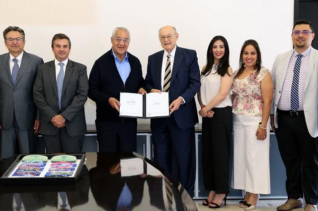 Firma Pacheco convenio para entregar 111 mil anteojos a estudiantes