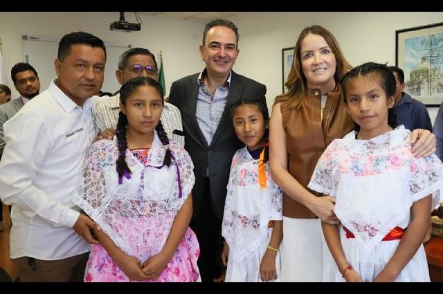 Entrega Voluntariado de SFA apoyos para rehabilitar albergues indígenas