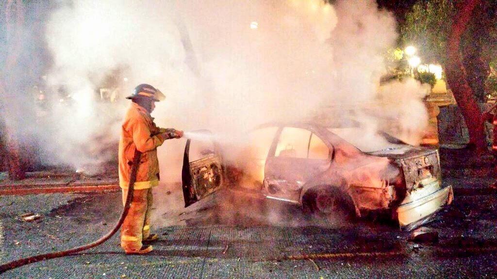 Choca contra un árbol  y auto  se incendia en el 5 de Mayo