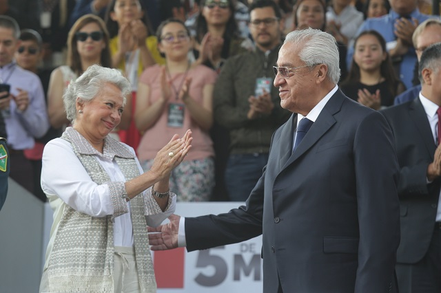 Encabezan Sánchez Cordero y Pacheco desfile del 5 de mayo