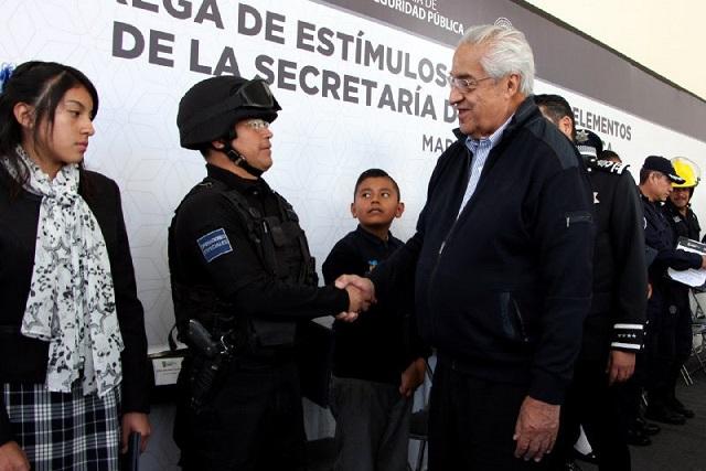 Entrega Pacheco Pulido estímulos y ascensos a policías de la SSP