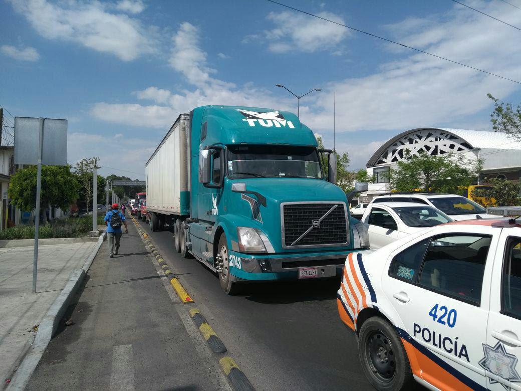 Policías de Cholula identifican tráiler robado con mercancía