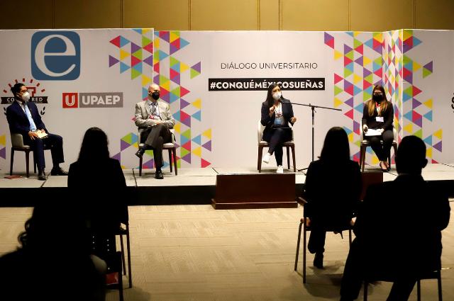 En UPAEP cuestionan a Claudia Rivera sobre bolardos y reelección