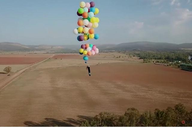 Llevó su fanatismo por Up a la realidad y voló colgado de 100 globos de helio