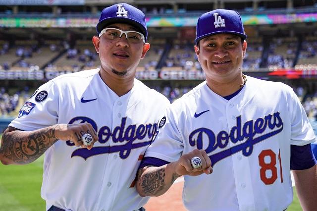Julio Urías y Víctor González reciben anillos de campeones de la Serie Mundial