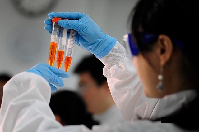 Te explicamos la reacción adversa que obligó a AstraZeneca frenar sus vacunas