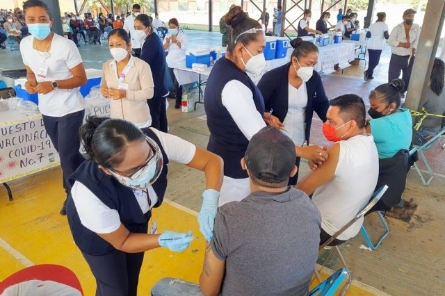 Aplican 3 mil vacunas anticovid en Acatlán de Osorio