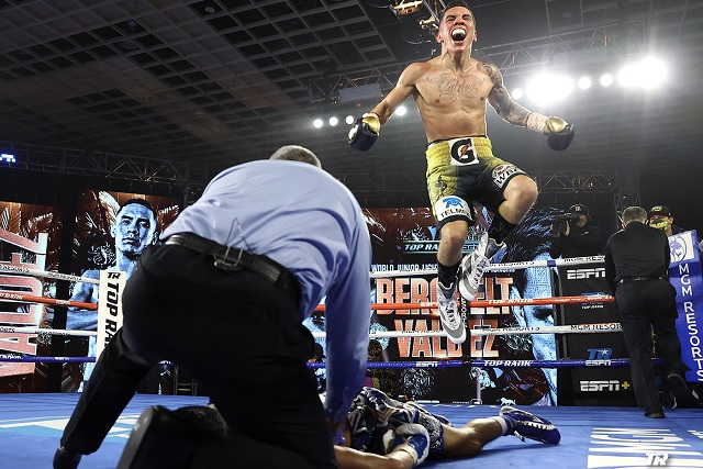 Óscar Valdez arrebata con KO título superpluma a Alacrán Berchelt