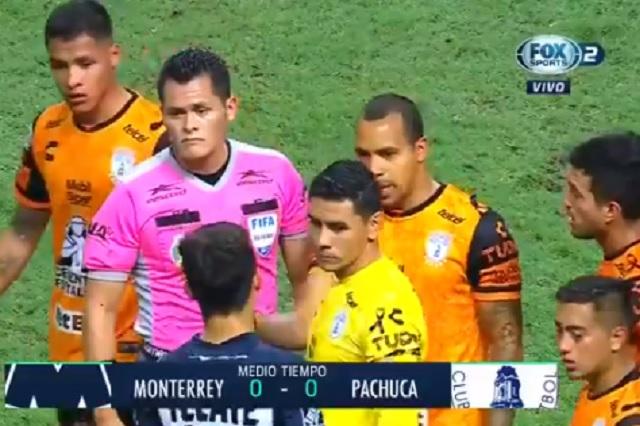 Insólito: árbitro silba el final, luego regresa a jugadores para cobrar un penal