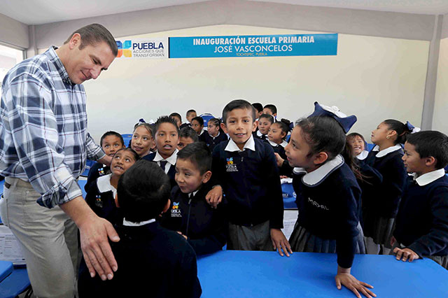 Inaugura el gobernador Moreno Valle escuela primaria en Tochtepec