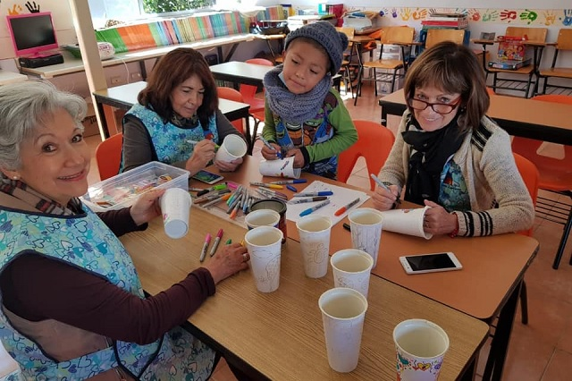 Pintarán vasos de Starbucks para niños poblanos con cáncer