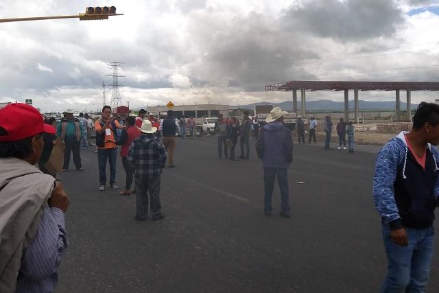 Vecinos de Cuyoaco ahora cierran federal y autopista a Teziutlán