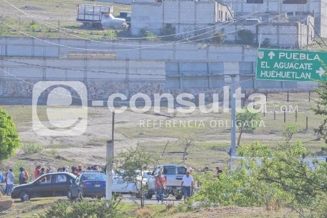 Vecinos cierran accesos por operativo en Los Ángeles Tetela