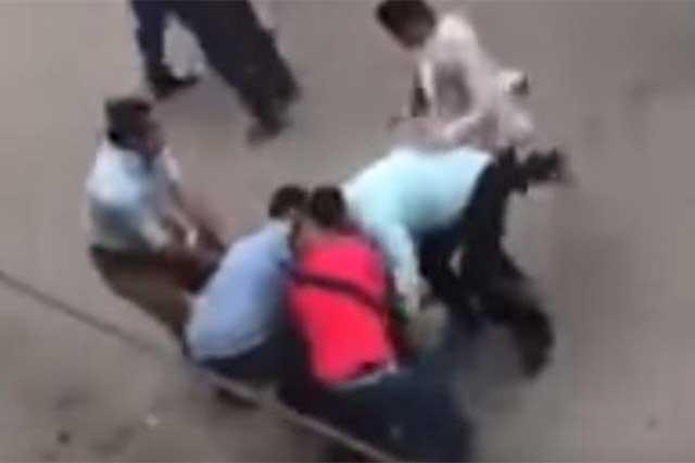 Video: Vecinos intentan rescatar a narcomenudistas en Iztapalapa