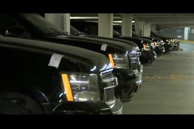 Muestra AMLO vehículos fifís que venderá en tianguis