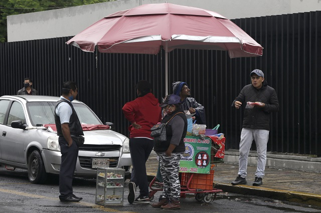 Eran meseros y ahora venden en las calles de la ciudad de Puebla