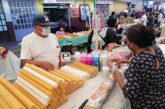 Vendedores de veladoras buscan repuntar sus ventas en Acatlán