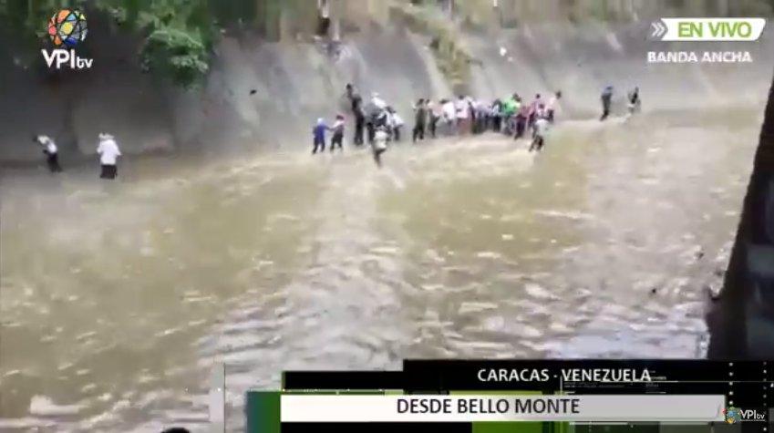 Venezolanos se lanzan al río para escapar de ataque con gases lacrimógenos