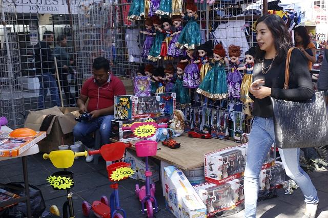 Ambulantes copan el centro de  Puebla en la víspera de Reyes