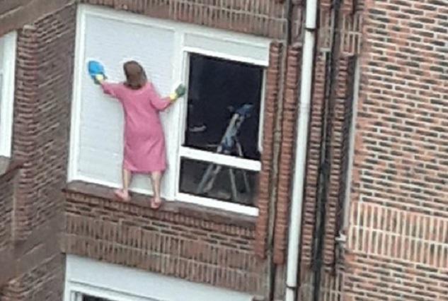 ¿Mujer araña? Para limpiar las ventanas de un edificio arriesga su vida