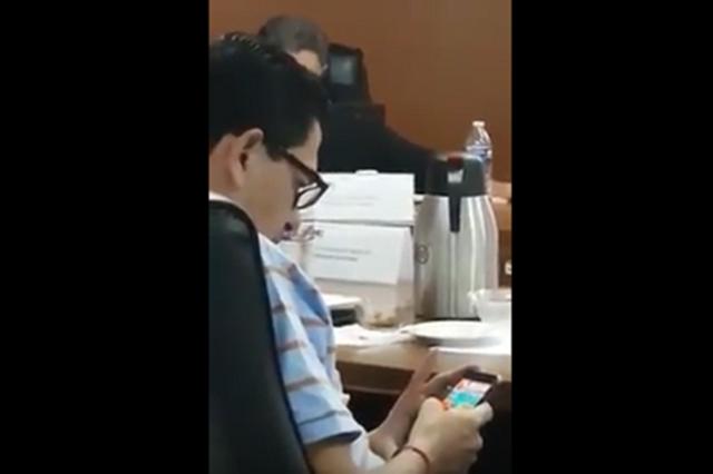 Ventanean a consejero del INE que jugaba en su celular durante la sesión