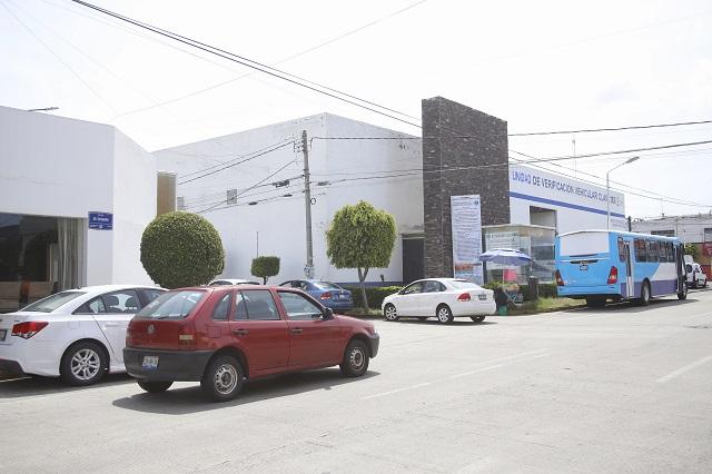Saturan verificentros de Puebla pese a ampliación de plazos