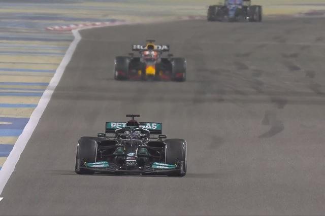 Polémica en F1: ¿por qué Verstappen dejó pasar a Lewis Hamilton?