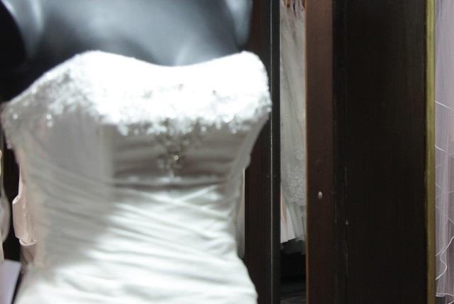 Joven poblana que está por casarse pierde en AU su vestido de novia