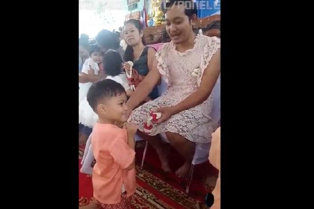 Padre se pone vestido y festeja con sus hijos el Día de la Madre