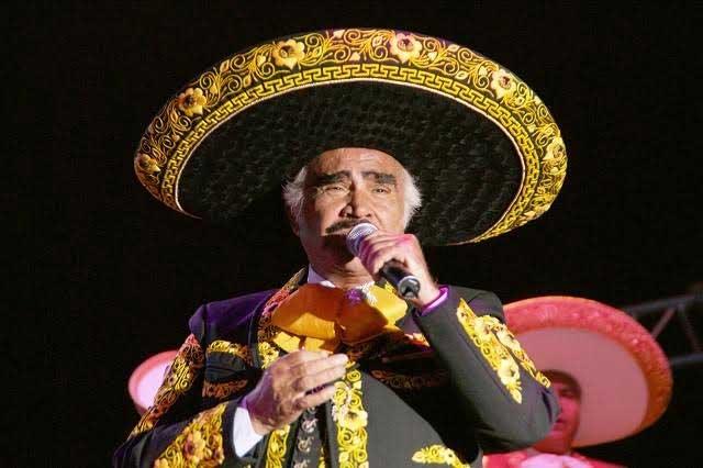 Vicente Fernández llega a Las Vegas para apoyar a Clinton
