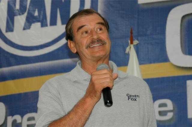 El ex presidente Vicente Fox se pasea en un Jaguar sin placas