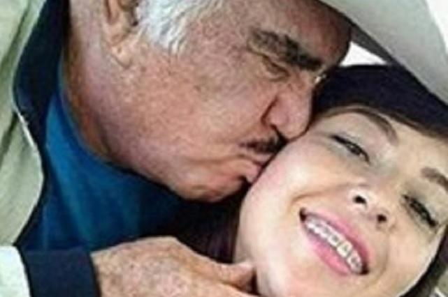Vicente Fernández besa en la boca a chica y fotos escandalizan