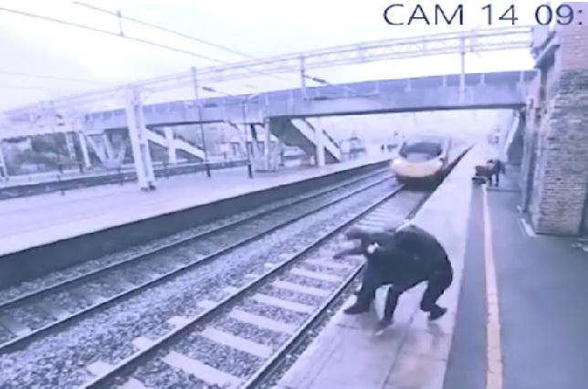 Hombre intenta suicidarse lanzándose a las vías del tren y mujer lo salva