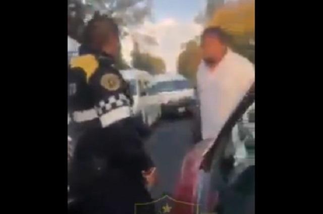 Video: Chofer de combi agrede a policía de tránsito en CDMX