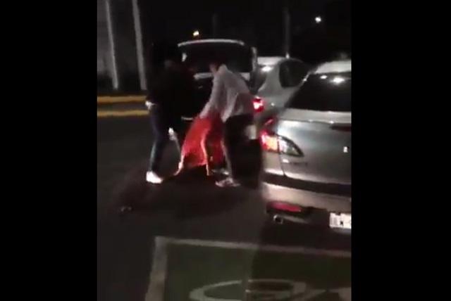 VIDEO: Sujeto da brutal golpiza a su novia e intenta meterla a la cajuela