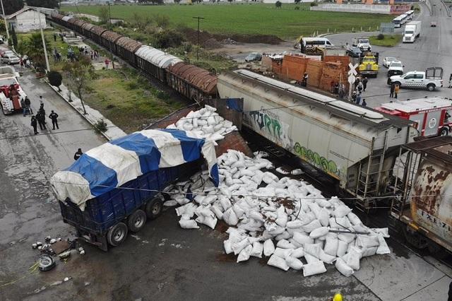 Captan aparatoso choque de tren contra tráiler en Tlaxcala
