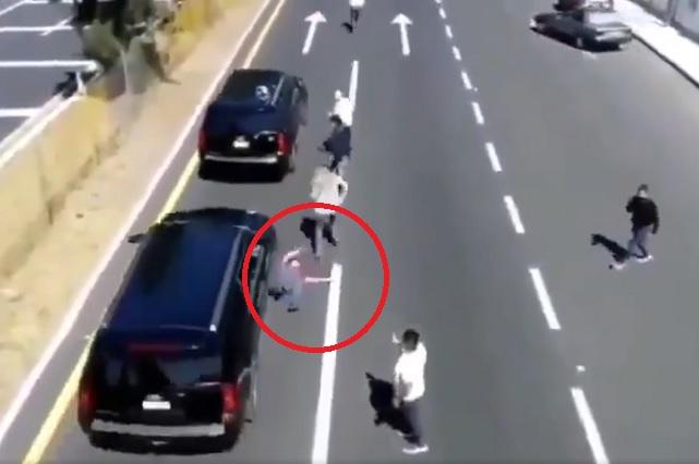 Video: Camioneta que acompaña a AMLO avienta a hombre y no lo auxilian