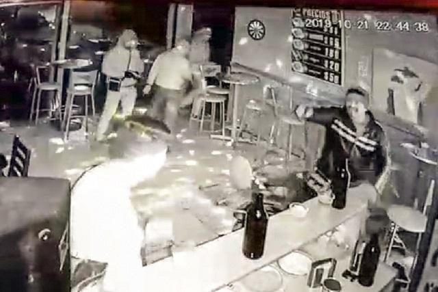 Difunden video de asalto a clientes de un bar en Caleras