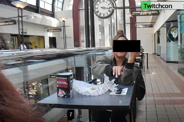 Video: Mujer avienta sándwich a influencer por grabarla mientras comía