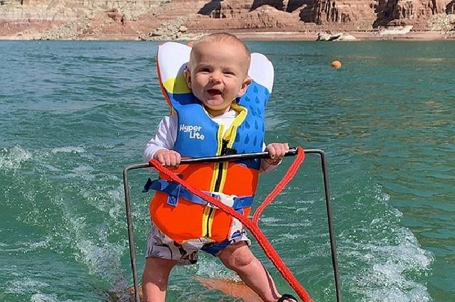 Video: Bebe se convierte en el esquiador más joven del mundo