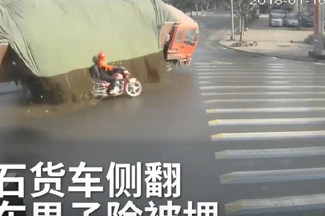 Video capta cómo motociclista se salva de morir aplastado por un camión